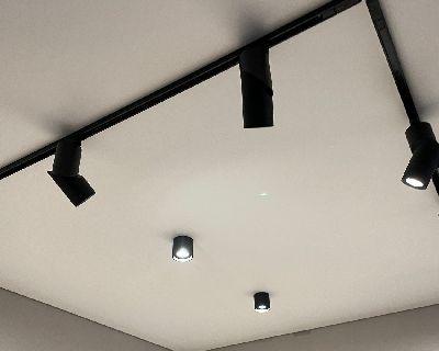 Трековое освещение, натяжной потолок