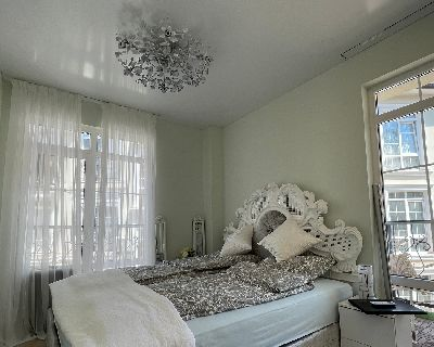 Натяжной потолок в спальне