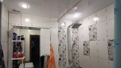Глянцевые натяжные потолки, Натяжной потолок в ванную